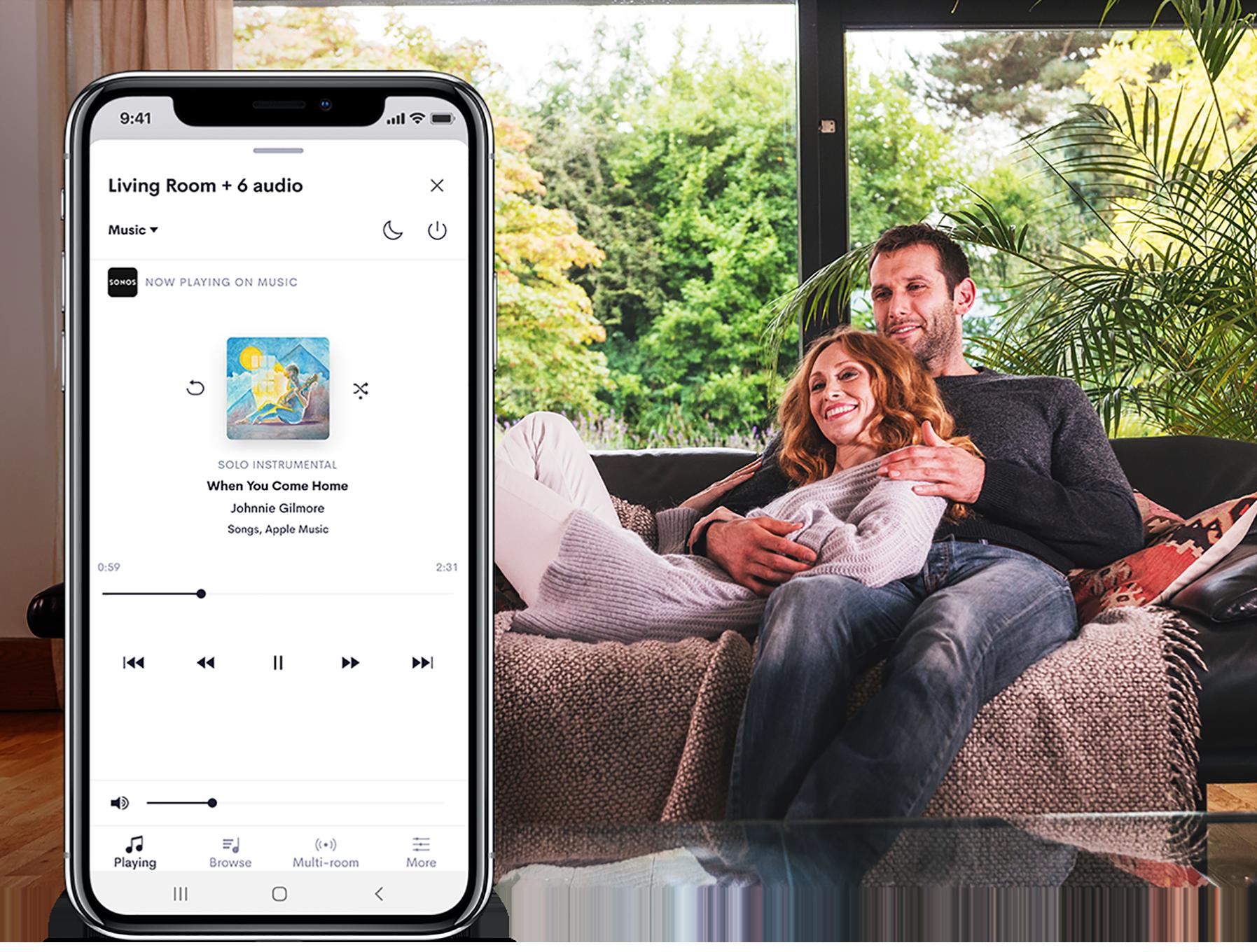 夫妻待在客厅内,以及具备音频 UI 的智能电话的图像